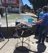 Schaukochen (Muscheln) auf dem Marktplatz