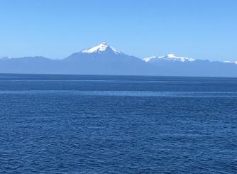 Fährüberfahrt mit den Anden im Hintergrund